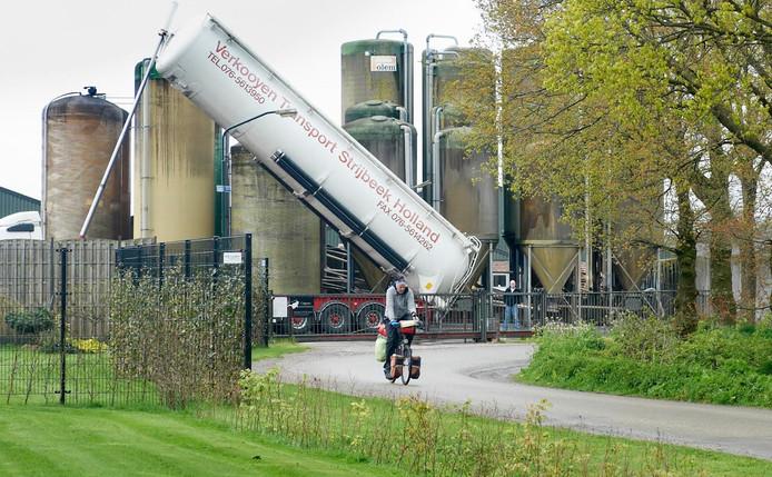 De silo's met brijvoer en de mestverwerking van Coppens moeten in de nieuwe plannen verhuizen.