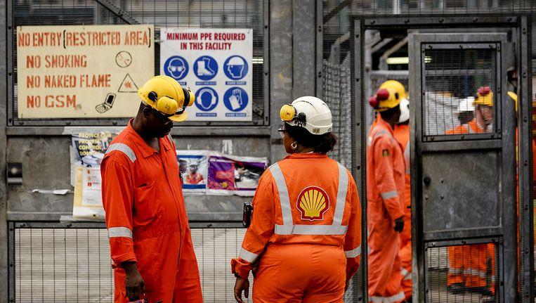 Olie en gas verwerkingsstation Agbada 2 van Shell in Nigeria. Lekkende pijpleidingen van Shell door diefstal van ruwe olie en illegale verwerking zorgen voor grootschalige vervuiling. Beeld anp