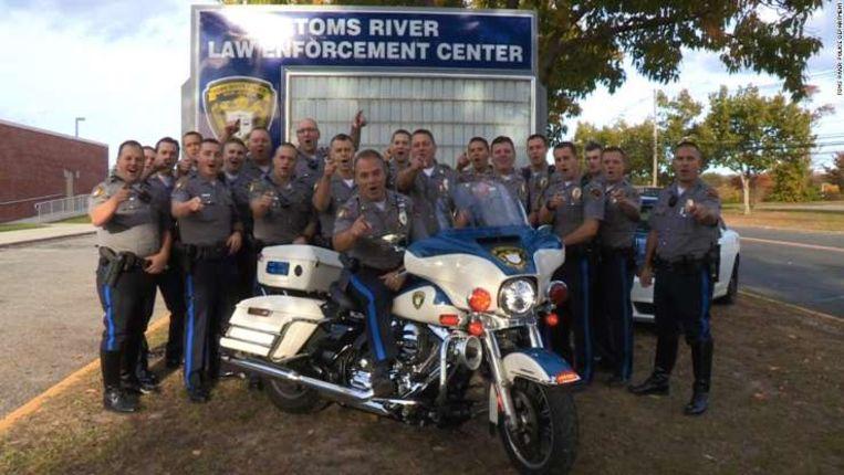 Politieagenten uit Toms River op de foto voor de coronacrisis.