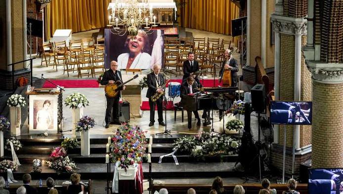 De begeleidingsband van Rita Reys speelt in de Sint-Johannes de Doperkerk tijdens de herdenkingsdienst.