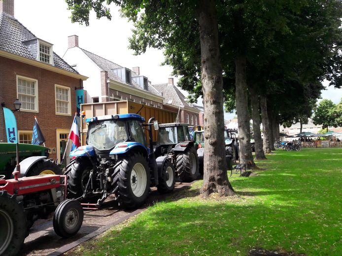 Actievoerende boeren stallen hun tractoren op de Hoge Zij van de Vrijthof in Hilvarenbeek