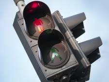 Bestuurder die uit moet wijken, ramt verkeerslicht