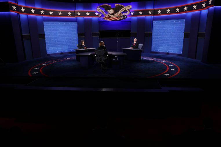 Kamala Harris (links), Susan Page (midden) en Mike Pence (rechts) tijdens het debat. Beeld AFP