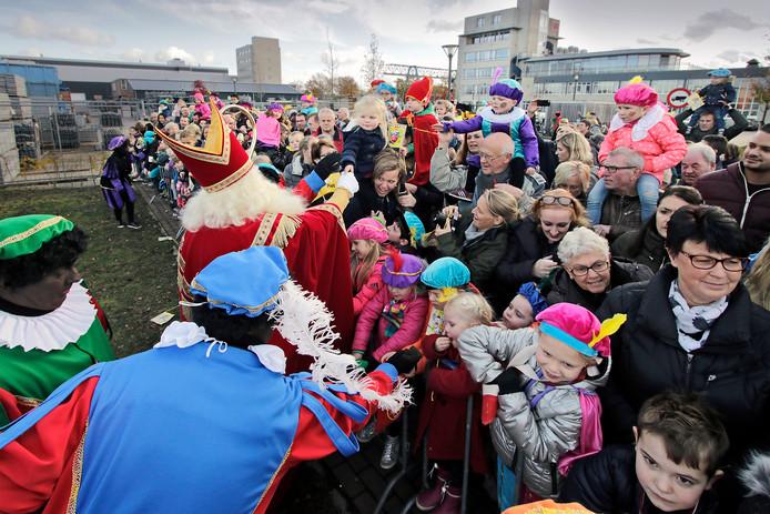 Een groep Osse kinderen verwelkomt Sint op de Waalkade in Oss tijdens een eerdere intocht.