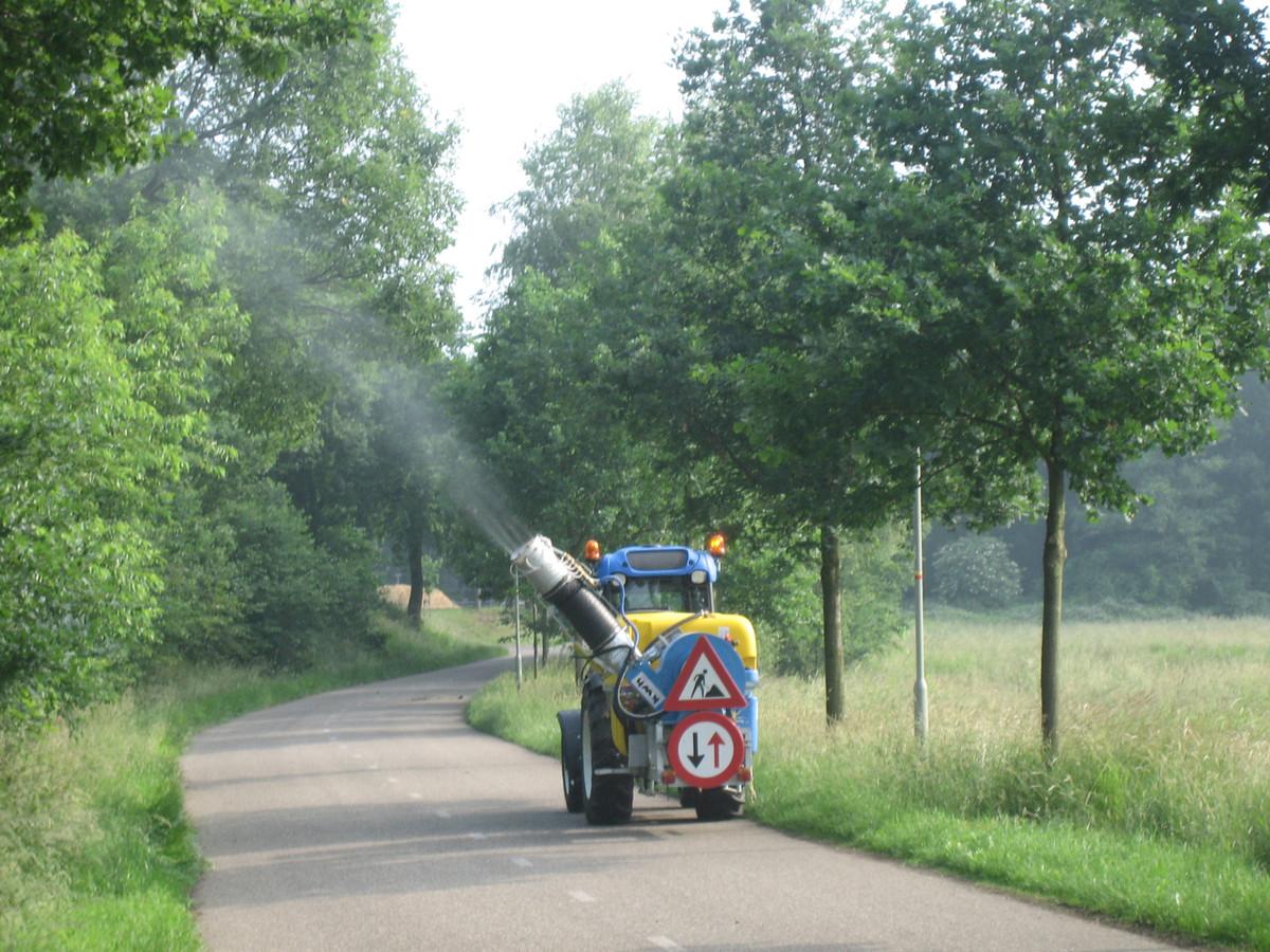 Avri zet spuitwagens in bij de bestrijding van de eikenprocessierups.
