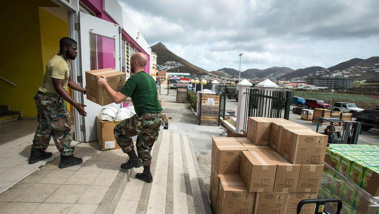 Nederlandse militairen verlenen ondersteuning tijdens een missie om het door orkaan Irma getroffen eiland te helpen Beeld anp