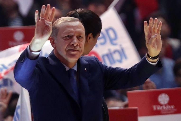 Vandaag heeft de Turkse buitenlandminister Mevlüt Cavusoglu Berlijn ingelicht dat Turkije een dertigtal dergelijke meetings in Duitsland wil organiseren ter ondersteuning van de grondwetswijziging die president Recep Tayyip Erdogan (foto) meer macht moet geven. Dit terwijl campagnevoeren in het buitenland volgens de Turkse wet verboden is.