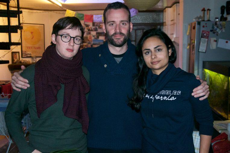 Karen (links), de zus van Filip, is met een koekenverkoop gestart om haar broer te steunen.