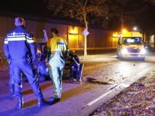 Automobiliste rijdt tegen boom langs Randweg in Gennep