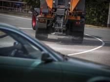 Strooiwagens de weg op om asfalt te koelen