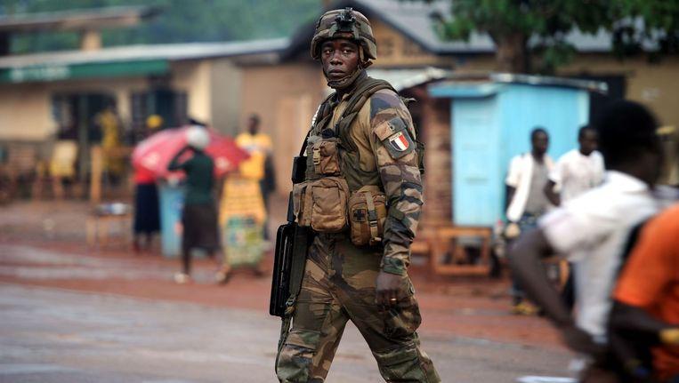 Een Franse soldaat patrouilleert in Bangui, in de Centraal Afrikaanse Republiek. Beeld afp