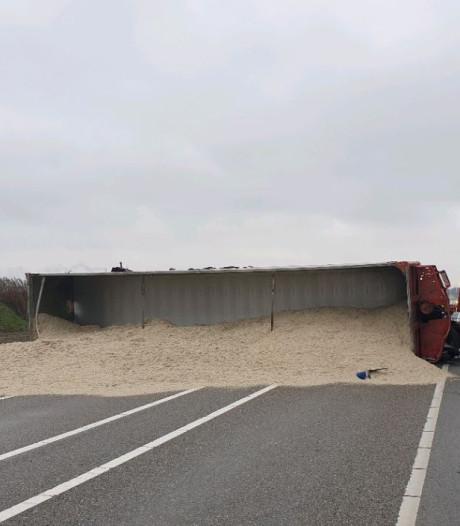 Vrachtwagen gekanteld op N268 bij Dinteloord, weg weer vrij