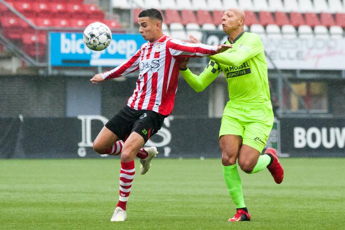 Tariq Dilrosun (links) van Jong Sparta in duel met Kay Tejan van Kozakken Boys.