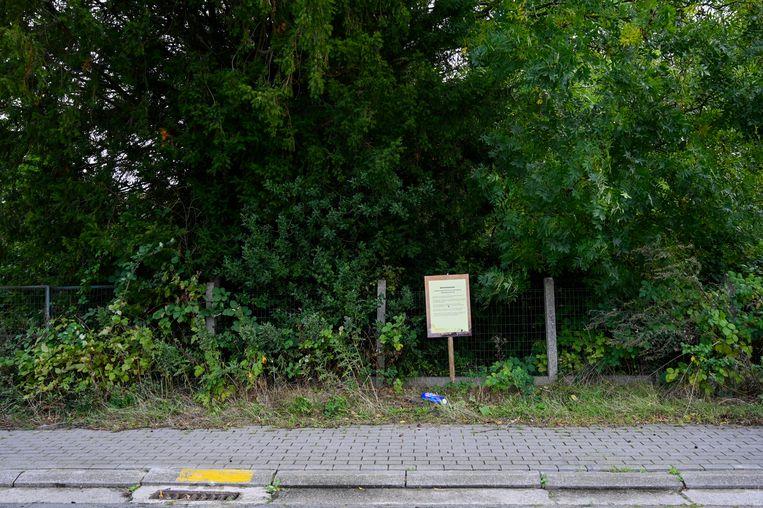 Een grote gele affiche is voorbode van een nieuw project. Op het braakliggend terrein aan Oude Baan en Poststraat wil projectontwikkelaar Evillas  drie flatgebouwen realiseren.