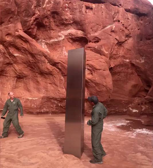 Helikopter-team ontdekt mysterieus metalen object in woestijn van Utah.
