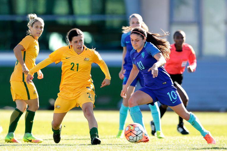 De Australische Alex Chidiac (l) tegen Danielle Van De Donk van Nederland tijdens een toernooi in Portugal in 2017.