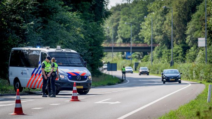 ME controleert auto's op de invalswegen naar Enschede. Supporters van Antwerp kondigden aan dat ze ondanks het verbod van burgemeester Van Veldhuizen toch naar de stad zouden komen.