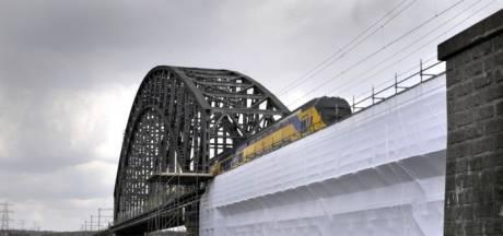 Politie rukt uit voor voetgangers op de spoorbrug over de Rijn