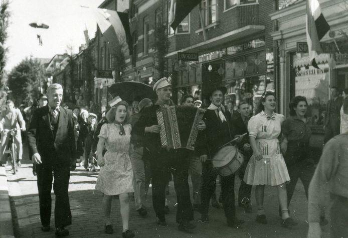 Feestende mensen in de Osse binnenstad bij de bevrijdingsfeesten van september 1945