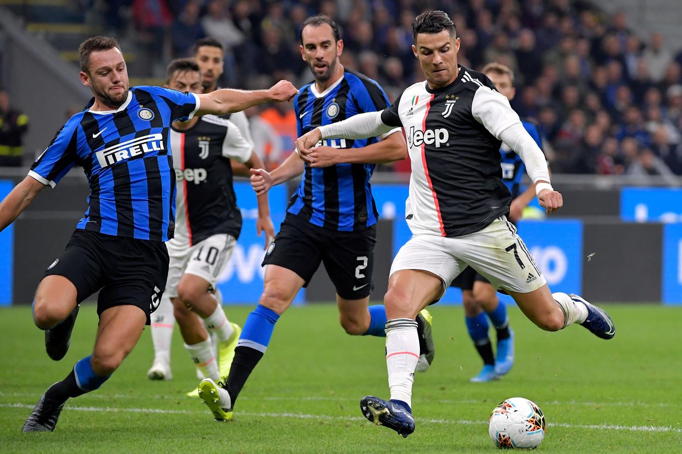 Stefan de Vrij wil een schot van Cristiano Ronaldo blokken in de topper tegen Juventus (1-2).