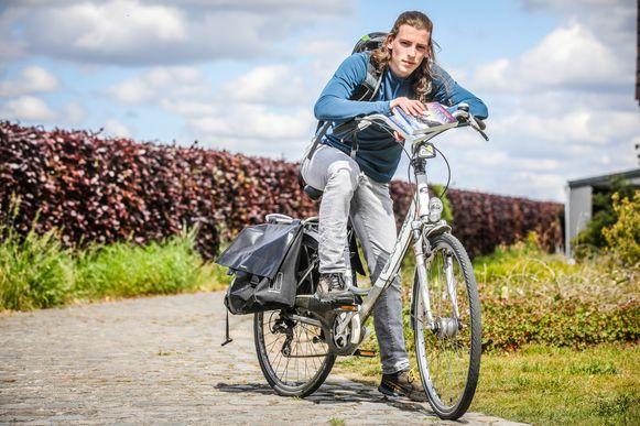 Ruben Sinnaeve brengt zijn debuutroman 'Gids naar nergens'  per fiets rond.