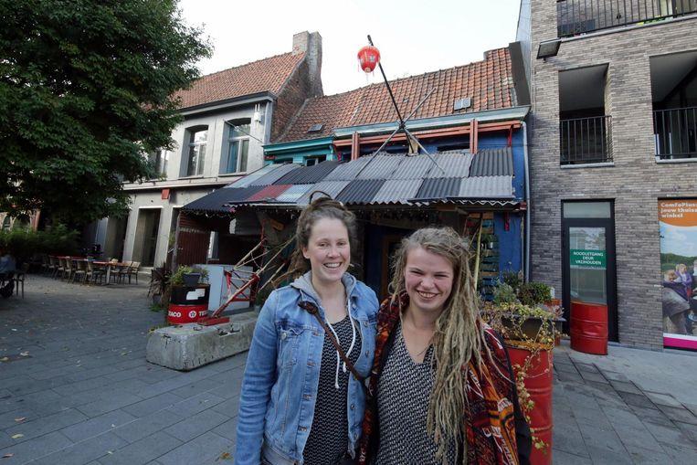 De zussen Stefanie en Ella Verhue voor het café.