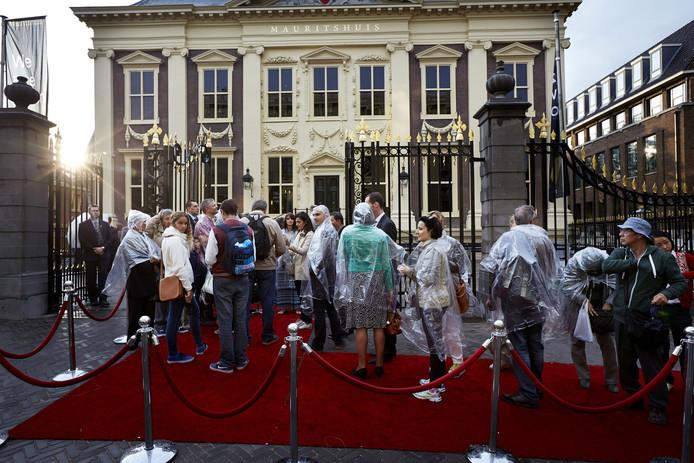 Na een grote verbouwing van twee jaar stonden bezoekers in de rij voor de opening van het Mauritshuis vorig jaar.