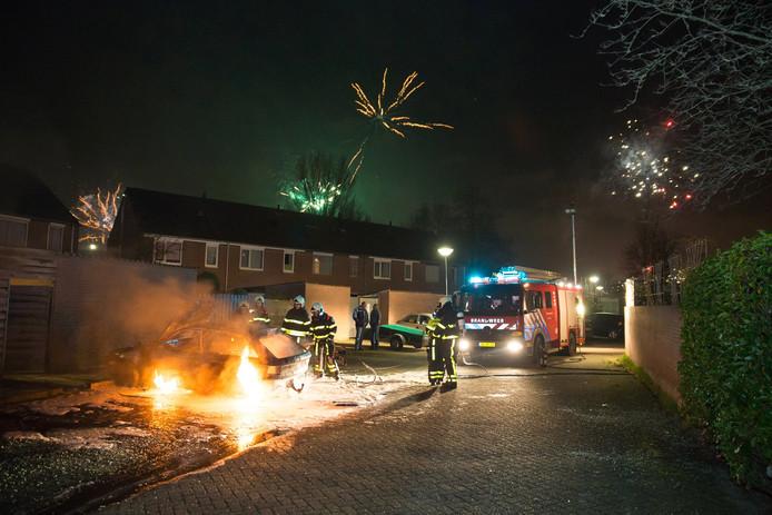 Aan de Gijselsweer in Raamsdonksveer is tijdens de jaarwisseling een auto in vlammen opgegaan.