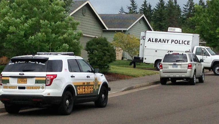 Speciale eenheden van de politie halen de bommen uit het huis van de tiener. Beeld reuters