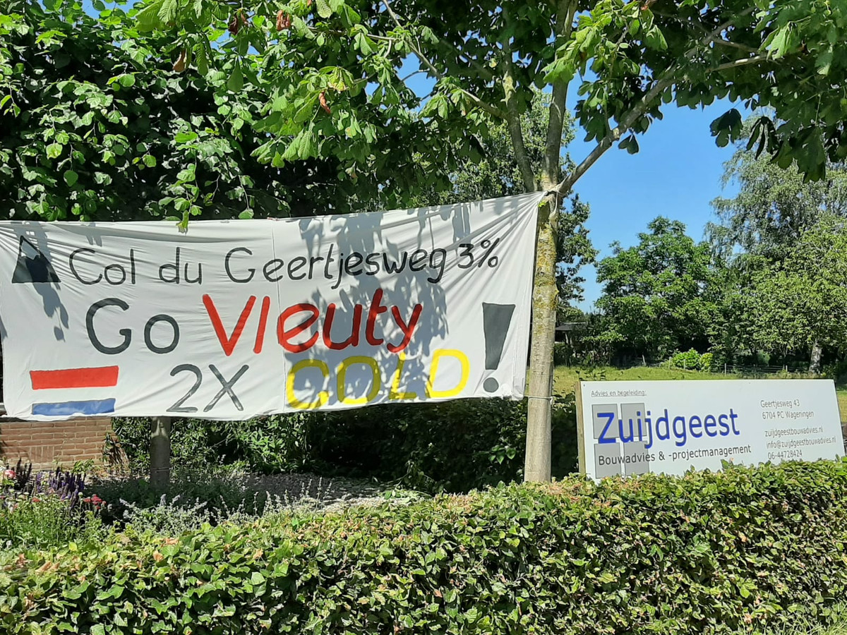Een spandoek om Annemiek van Vleuten aan te moedigen.