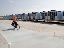 Strandhuisjes langs Westlandse kust van de baan