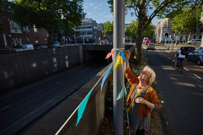 Met een feestelijke bijeenkomst vieren bewoners rond de Maastunneltraverse de sluiting van een rijbaan.
