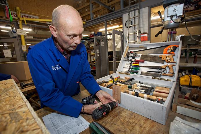 Tools to Work in Teteringen, de voormalige Derde Wereld Werkplaats, vult als decemberactie dozen met gereedschap voor Afrika.