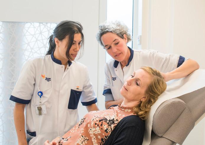 Dermatologen Enny Beverdam rechts en Charlotte Vrijman onderzoeken patiënt Hanny Velten.