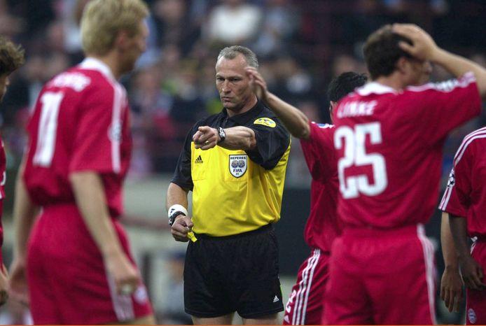 Dick Jol geeft een penalty in de Champions Leaguefinale van 2001 tussen Bayern München en Valencia