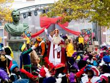 Sinterklaasintocht in Apeldoorn als vanouds kinderfeest, ondanks enorme politiemacht