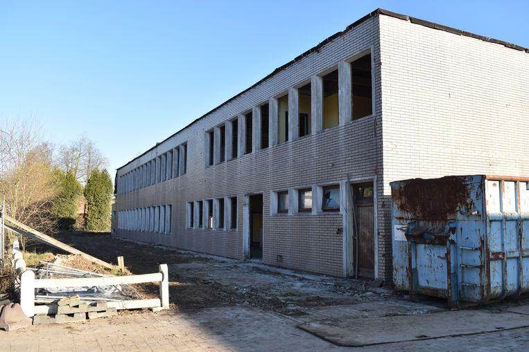 De sloop van het oude schoolgebouw is gestart.