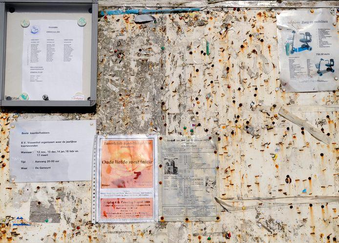 Onder andere met geld van 'de regenten' is de afgelopen jaren flink geïnvesteerd in de leefbaarheid van Biest-Houtakker. Zo kwam er een modern alternatief voor dit bord, waarop met punaises activiteiten werden aangekondigd.