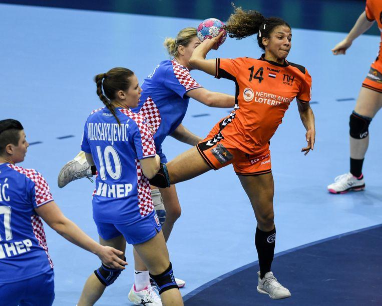 Delaila Amega in actie tijdens een wedstrijd tussen Nederland en Kroatië in 2018.  Beeld null