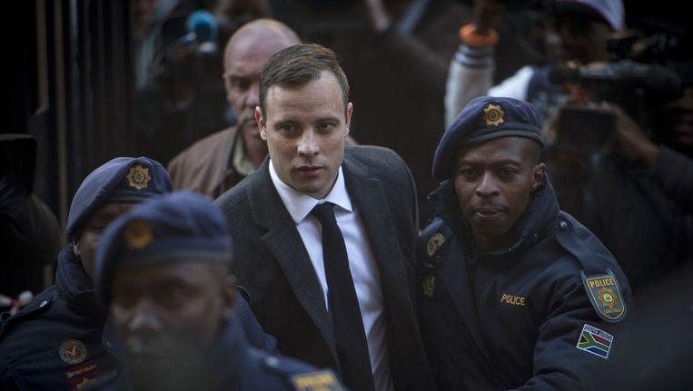 Oscar Pistorius komt aan bij de de rechtbank in Pretoria. Beeld ap