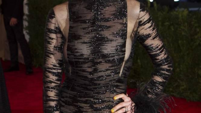 Anne Hathaway verrast met blonde coupe en sexy jurk