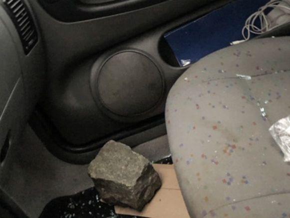 De kassei ligt aan de passagierskant in de auto.