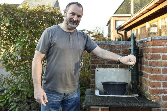 Hugo Torfs pompt water uit zijn grondwaterput.