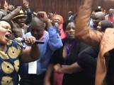 Zimbabwanen feesten na afzetten Mugabe als partijleider
