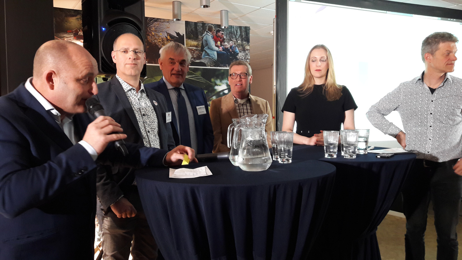 Carlo van Esch (links) luistert naar Lovo-presentator Rens Merkelbach. Overige lijsttrekkers (vlnr): Jan Jonkers (AB), Jan de Laat (PrO), Anne Cristien Spekle (VVD) en Guus Mulders (CDA).