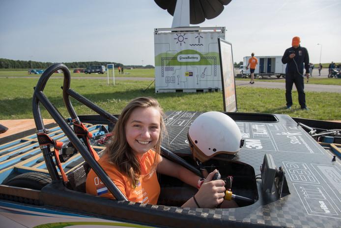 Emma Vercoulen achter het stuur van de zonne-auto die in 2017 meedeed aan de race in Australië.