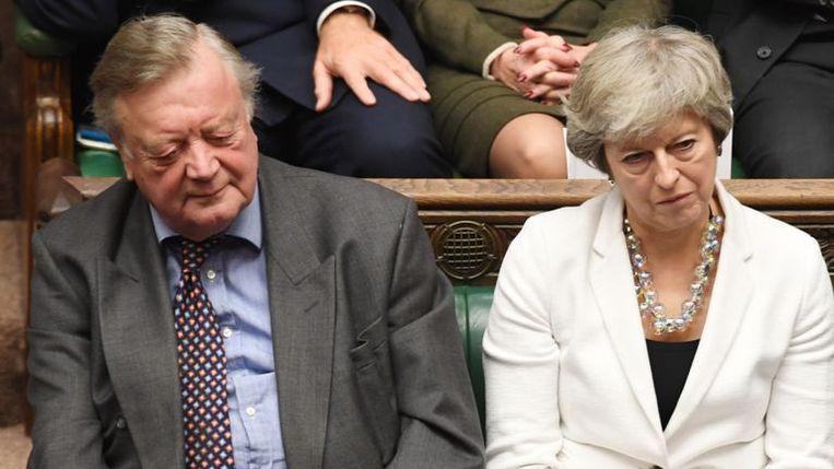 Theresa May luistert toe. Haar brexitvoorstel werd tot drie keer toe verworpen.
