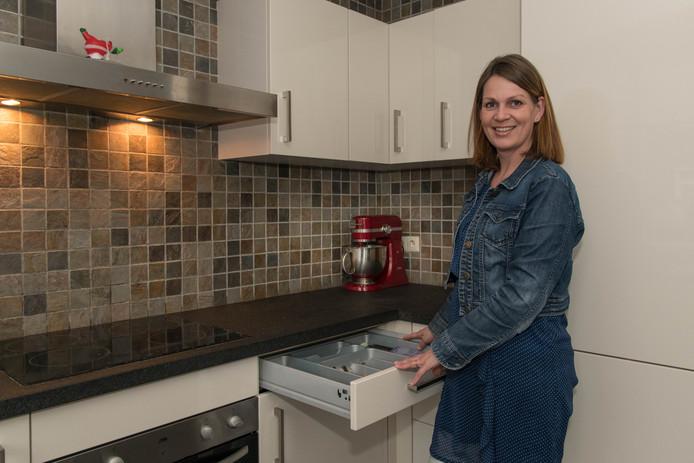 Hierden - Gera van de Berg schreef een boekje 'Op Orde'. Foto orde in de keukenlaatjes.