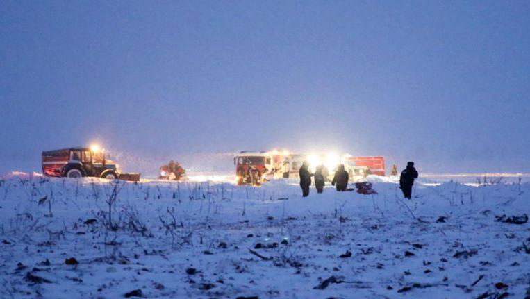 Hulpdiensten op de plek waar de Antonov An-148 is neergestort. Beeld epa
