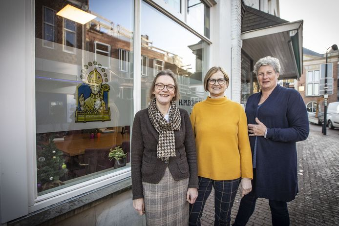 Constance Janssen (pastoraal werker, links), Ine Wilbers (pastoraal werker) en Marieke Segerink (financieel medewerkster) voor het pand aan de Kerkstraat, waar sinds deze week het secretariaat van de Plechelmusparochie is ondergebracht.